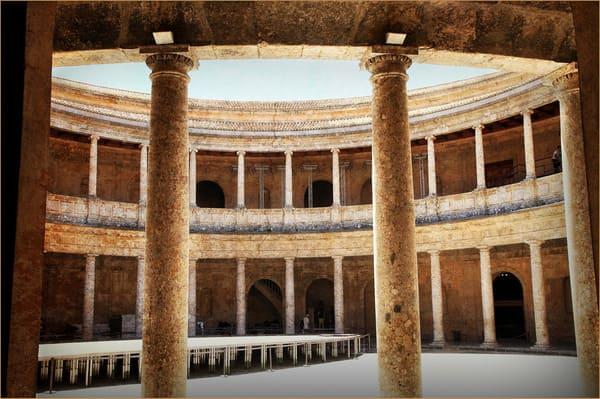 colonnes du palais de charles Quint