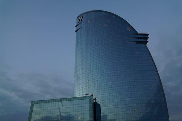 Grand hotel sur la plage à Barcelone