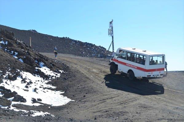 Minis bus pour monter au sommet de l'Etna
