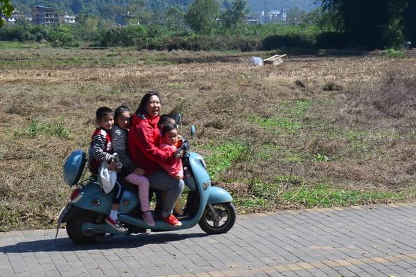 5 personnes sur un scooter en Chine