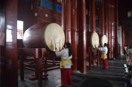 Gros tambours dans une tour de Chine
