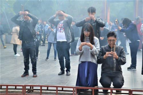 Prière avec de l'encens en Chine