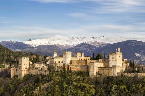 Sierra nevada enneigée et alhambra