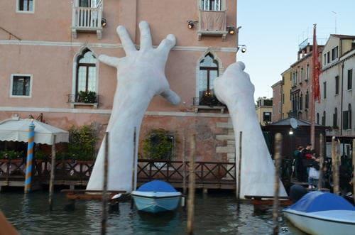 Mains sortant de l'eau à Venise