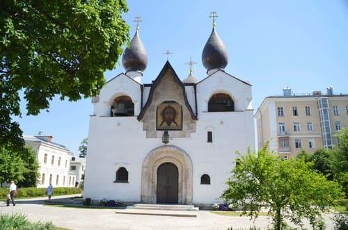 Eglise de moscou blanche avec toit noire