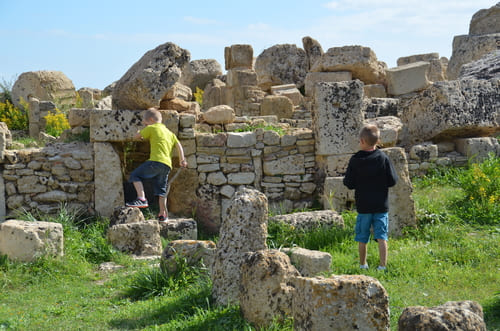 Enfants qui montent sur les vestiges des temples