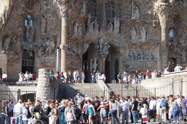 attente devant Sagrada Familia