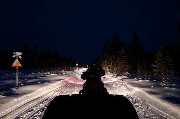 motoneige la nuit
