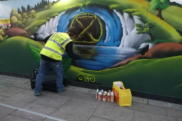 Un artiste à l'œuvre en train de peindre à Londres