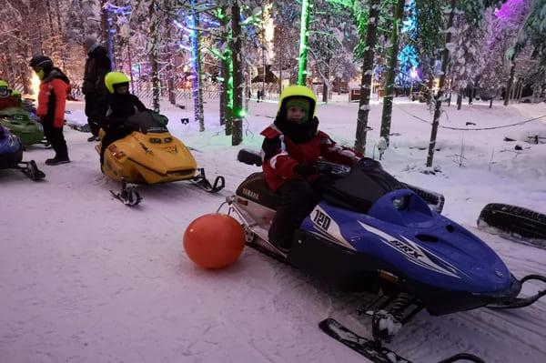 Motoneige pour enfants en Laponie
