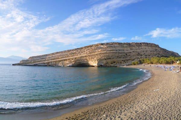 Plage avec maisons troglodyte en Crète