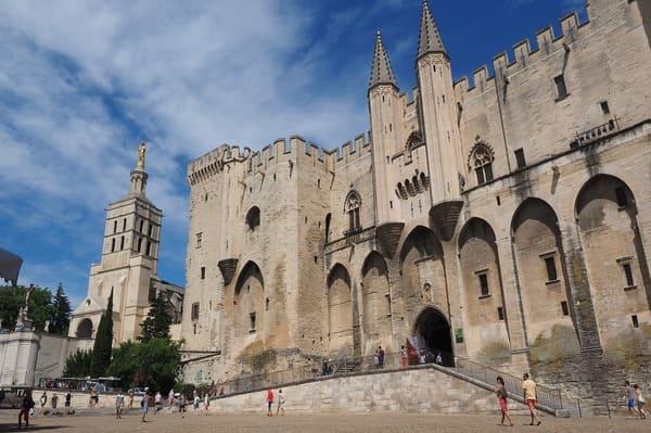 Où se trouve l'entrée du palais des papes